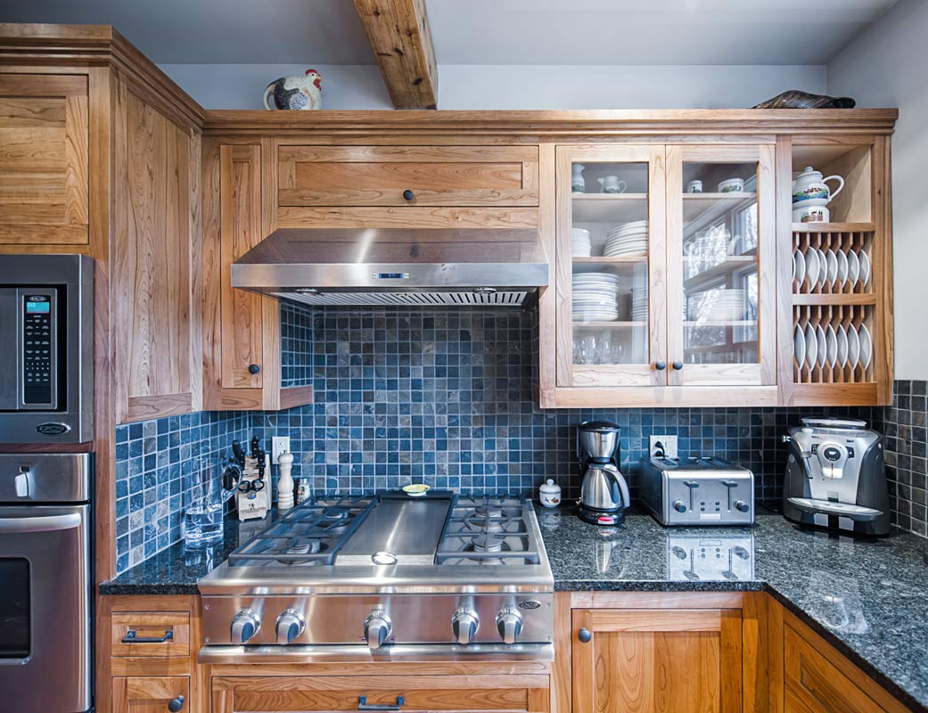 Shaker Style Custom Kitchen Cabinets - Upper cabinets and plate rack